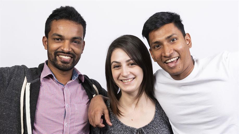 3 Teilnehmer aus einem Imagine Cup-Team machen ein Gruppenfoto
